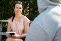 """SvD:s reporter Åsa Erlandsson visar Nimo all respons som kommit från läsarna. """"Även om bara en enda hade hört sig, betyder det massor för mig"""", säger han. Foto: Emma-Sofia Olsson"""