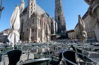 Tomt på uteserveringarna framför Stefanskyrkan i Wien. Men i mitten av maj får landets restauranger öppna igen. Arkivfoto.