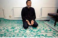 Mohamed Adde är besviken  över den situation som uppstått sedan den islamska kulturföreningen i Rinkeby tvingats lämna sina lokaler efter 14 år. Han menar att det egentligen  handlar om att fastighetsägaren inte gillar somalierna som grupp.
