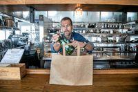 Källarmästare Michael Schölander på restaurant J Nacka strand levererar mat och alkohol hem.