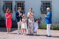 Kung Carl Gustaf talar till kronprinsessan Victoria när hon firades traditionsenligt på Solliden på söndagen.
