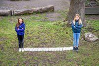 Att hålla avstånd är viktigt – men glöm inte att det går att hålla kontakten med kompisar och släktingar via telefon, videosamtal eller chatt! Foto: Ari Luostarinen