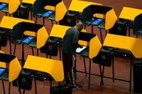 En man röstar i Forumarenan i Inglewood, i Kalifornien.