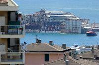 Costa Concordia bogsas in i Genuas hamn den 27:e juli 2014.