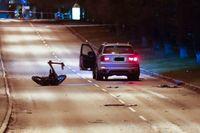 Bombskyddets robot undersöker bilen som började brinna i Frölunda i Göteborg på tisdagskvällen.