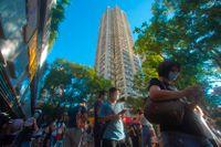 Köerna ringlar sig långa till vallokalerna i Hongkong på söndagen.