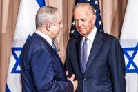 Joe Biden, då USA:s vicepresident, skakar hand med Israels premiärminister Benjamin Netanyahu i Davos 2016.