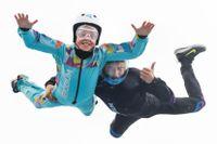 När man flyger i vindtunneln ska man hålla ut armarna. Flyginstruktören Georgi hjälper Arvid att hålla balansen när luften tar tag i honom, och styr höjd och riktning på flygturen med sin kropp.
