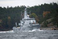 Minröjaren Kullen på väg in till marinens bas på Berga.