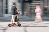 En person på elsparkcykel i centrala Oslo. Arkivbild.