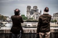 När Paris vaknade på tisdagen kämpade brandmän fortfarande mot återstoden av den katastrofala branden i katedralen Notre-Dame.