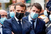 President Emmanuel Macron och Nice borgmästare Christian Estrosi (till höger) samtalar med poliser efter knivattacken utanför kyrkan Notre-Dame.