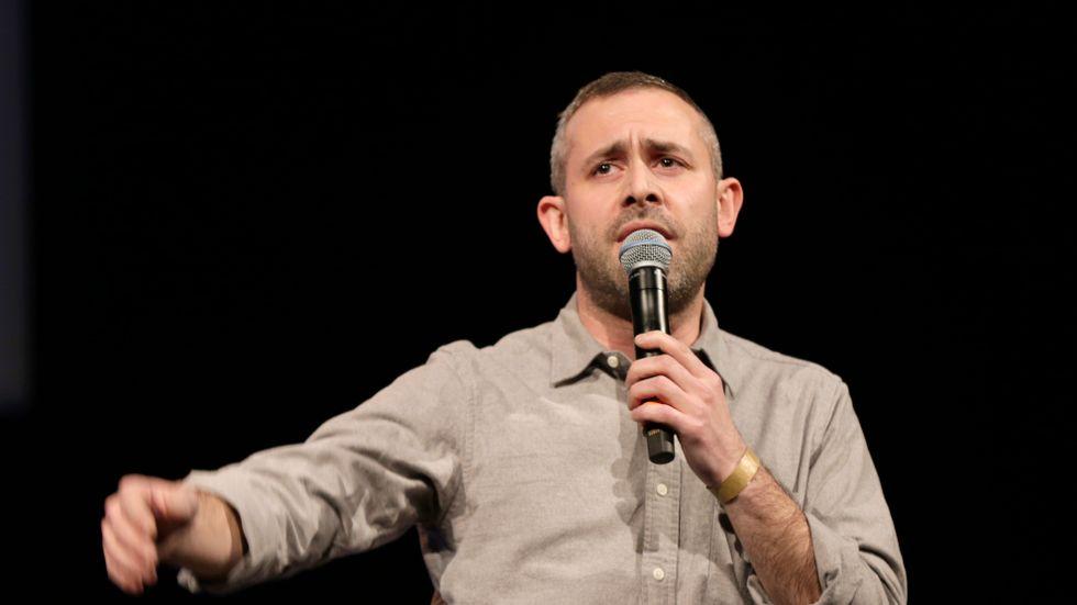 Nu får komikern Aron Flam tillbaka sina beslagtagna böcker.