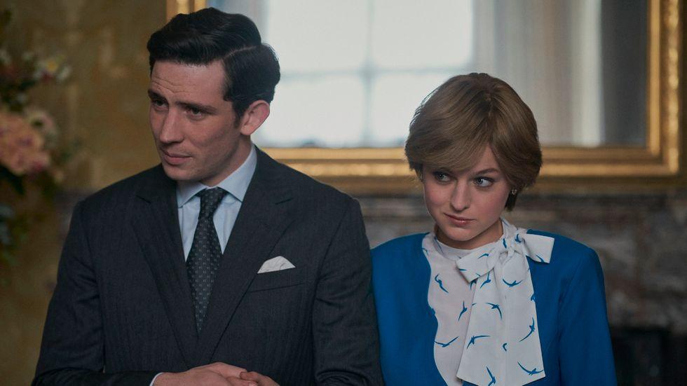 """Prinsessan Diana tillsammans med Prince Charles i """"The crown"""", spelade av Emma Corrin och Josh O'Connor."""