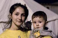 19-åriga mamman Kewe med sin lilla son flydde från Syrien och har just tagit sig över gränsen till Irak.