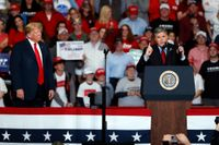 Fox-programledaren Sean Hannity, till höger, uppe på scen på ett av USA:s president Donald Trumps sista valmöten inför mellanårsvalen