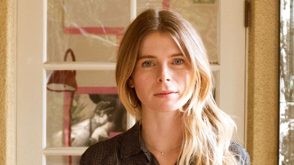 """Emma Cline, född 1989 i Sonoma, är en amerikansk författare. Hon romandebuterade 2016 med den uppmärksammade """"Flickorna""""."""