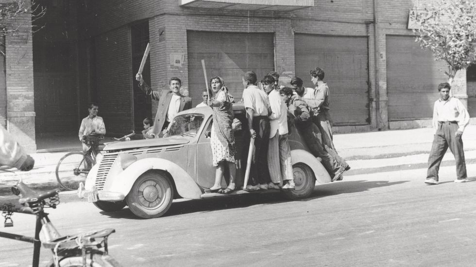 Anhängare till shahen på Teherans gator i augusti 1953 under statskuppen mot Mohammad Mosaddeq.