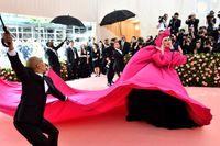 Lady Gaga skalade av lager efter lager på rosa mattan in till Met-galan.