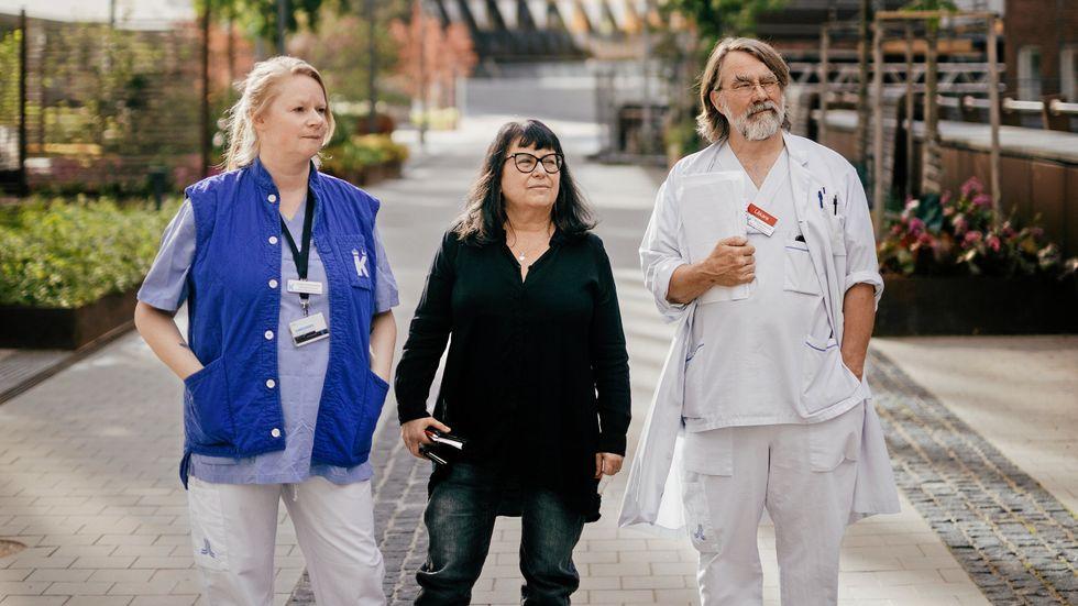 Från vänster; Linda Holmström, Judith Bruchfeld och Michael Runold på Karolinska universitetssjukhuset, Solna.