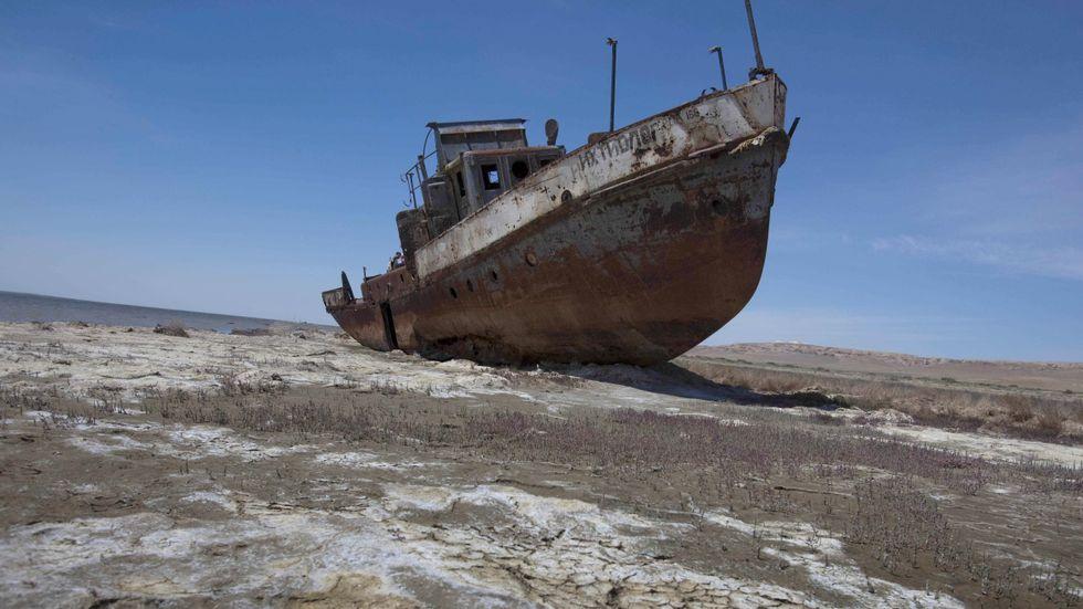 En övergiven fiskebåt där Aralsjön en gång låg, nära en före detta kustort i Kazakstan.
