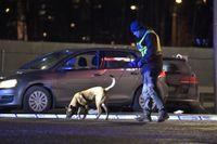 Polisen skickades till Kungens kurva i Huddinge kommun på lördagen där en bil blivit beskjuten från en annan bil, som sedan kört därifrån. En man avled och en kvinna skadades.