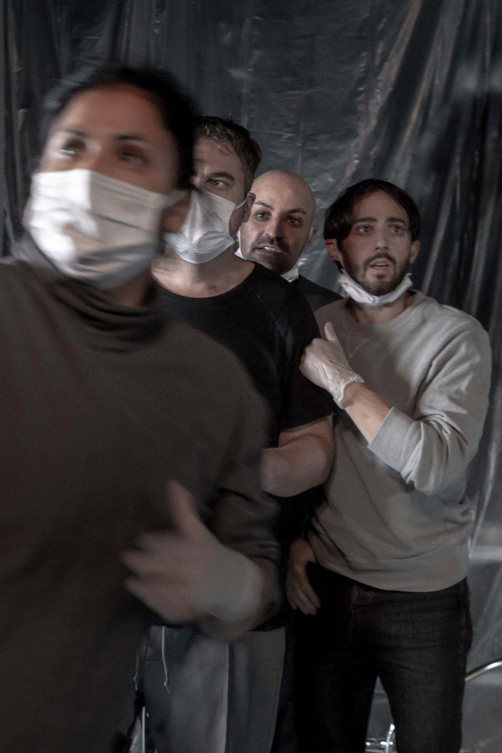 """Malin Mases Arvidsson, Otto Hargne, Kardo Mirza och Freddy Åsblom i """"Är det krig än?"""" på Teater Galeasen."""