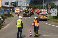 Ett stort rökmoln beder ut sig efter explosionen i industriområdet i Leverkusen.