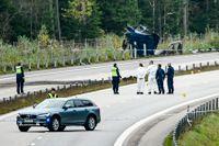 Polisens kriminaltekniker och utredare på olycksplatsen på E4 vid Markaryd där konstnären Lars Vilks och två poliser omkom när fordonet de färdades i krockade med en lastbil. Arkivbild.