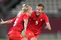 Kanadas Adriana Leon, till vänster, och Quinn firar ett mål mot Storbritannien i OS-gruppspelet.
