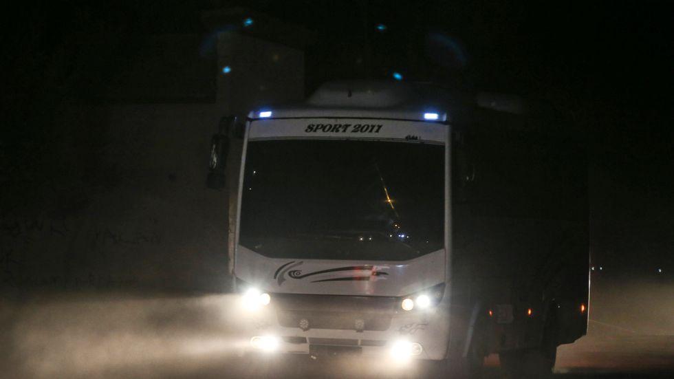 En buss med tillfångatagna IS-medlemmar korsar gränsen från Syrien till Turkiet den 18 oktober. Arkivbild.