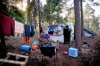 Ett läger med EU-medborgare från Rumänien i Högdalen 2014. Under de tre senaste åren har Stockholm legat i topp i landet gällande avhysningar, enligt Kronofogdens statistik. Nu engagerar sig polisen allt mer i frågan.