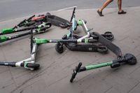 Stockholms stad ska börja ta betalt för felparkerade elcyklar. Enligt Lime ska elsparkcyklisten som felparkerar cykeln själv bli ansvarig för kostnaden. Även Voi undersöker möjligheten.