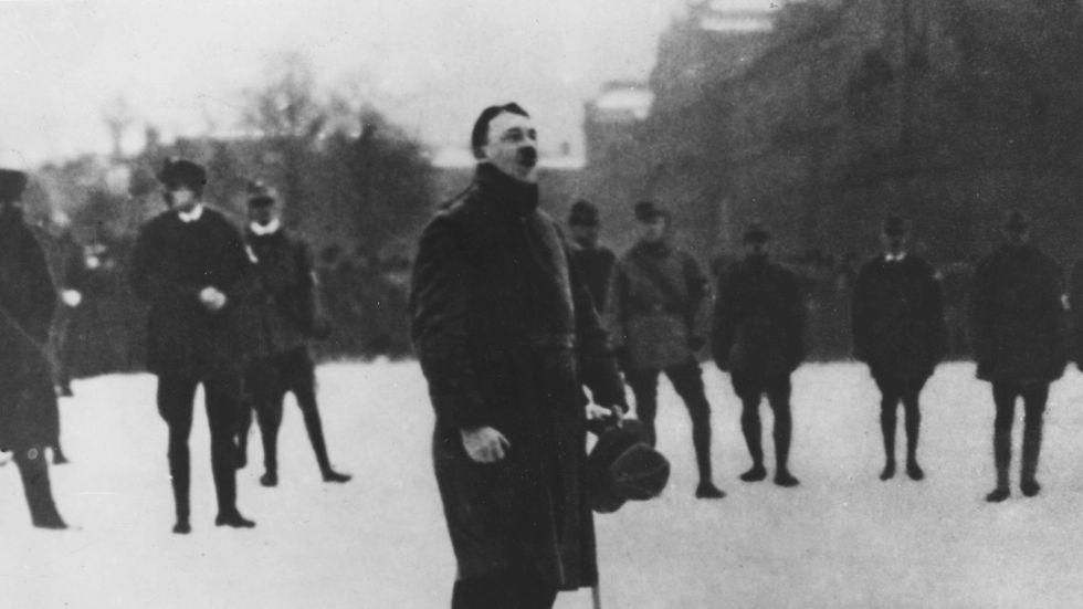 Hitler började med att spionera på det som senare skulle bli nazistpartiet. Snabbt blev han dock själv en framstående medlem.