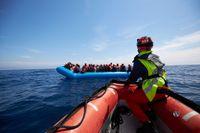 Tyska hjälporganisationen Sea-Watch räddade 64 flyktingar från en gummibåt utanför Libyens kust den 3 april, efter att man inte kunnat få kontakt med libyska kustbevakningen.