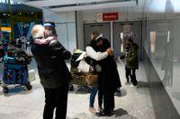 Familjer återförenas på Heathrows flygplats.