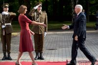 USA:s vicepresident Mike Pence hälsar på Estlands president Kersti Kaljulaid.