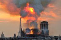 Branden varade i över tolv timmar och ledde till att den världskända katedralens spira och tak kollapsade. Arkivbild.