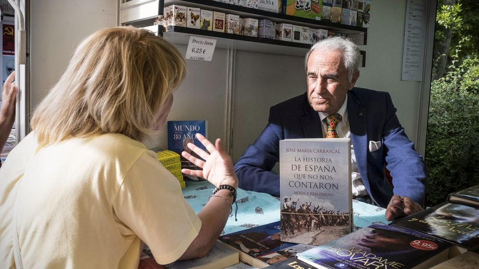 Författaren och journalisten Jose María Carrascal signerar böcker på Madrids bokmässa.