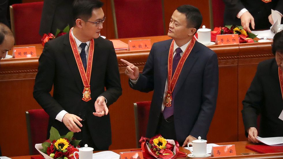 """Pony Ma, vd för Tencent (till vänster) och Jack Ma, grundare av Alibaba Group (till höger) på en konferens för att fira 40-årsdagen av Kinas ekonomiska reform som öppnade upp för en sorts marknadsekonomi med """"kinesiska förtecken"""". Arkivbild från 2018."""