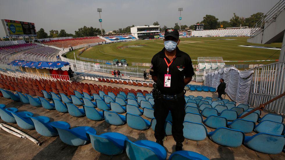 En pakistansk polis bevakar Pindi cricketstadion i Rawalpindi, Pakistan.