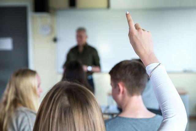 Vuxnas uppmuntran är nyckeln till barnens motivation i skolan, enligt ny forskning.