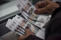 Ryska rubel. Rysslands centralbank höjer styrräntan igen i ett försök att dämpa den höga inflationen i landet. Arkivbild.