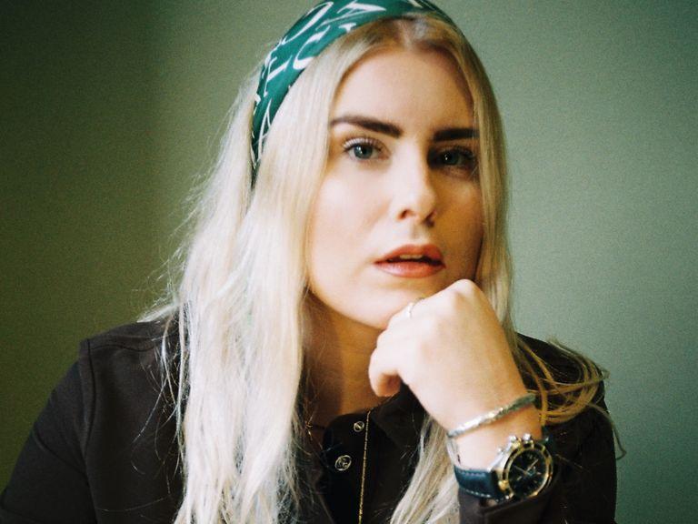 Michaela Hamilton har skrivit manus till nya serierna Zebrarummet på Viaplay och Håll Andan! på Cmore.