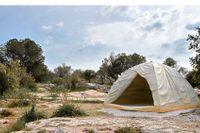 """Rebecca Belmores marmortält """"Biinjiya'iing Onji"""" på Philopappoukullen. Vänt mot Akropolis blir det en symbol för flyktingkrisen och en länk mellan nutid och antiken."""