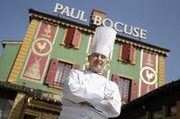 Den hyllade kocken Paul Bocuse utanför sin trestjärniga restaurang i närheten av Lyon, Frankrike. Arkivbild.