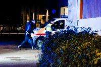 Poliser i Kongsbergs centrum efter attacken.