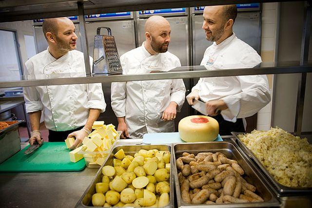 Nicklas Larsson, Pierre Spiridon-Calais och Michael Spiridon driver Chef in a box som gör vällagad färdigmat.