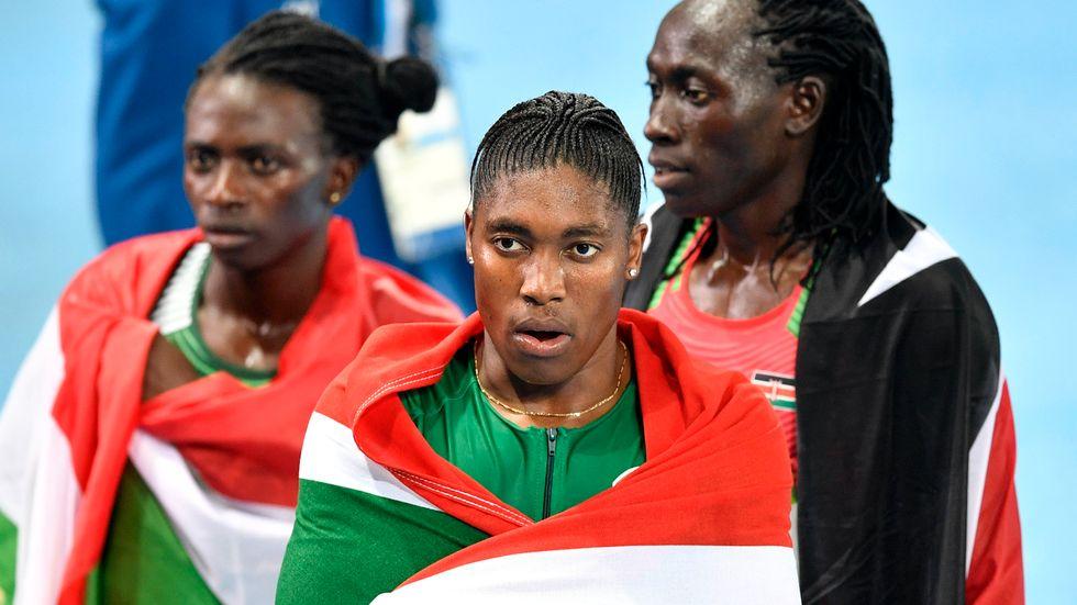 Prispallen till 800 meter i OS i Rio 2016. Silvermedaljören Francine Niyonsaba, bronsmedaljören Margaret Wambui och guldmedaljören Caster Semenya. Alla tre har naturligt så förhöjda testosteronnivåer att de kategoriseras som intersexuella. De tillhör en liten, men naturligt förekommande, grupp och som kanske faktiskt skulle vilja tillhöra ett tredje juridiskt kön. Samtidigt protesterar en del kvinnor de tävlar mot om att deras testosteronnivåer är så höga att det ska kategoriseras som doping.