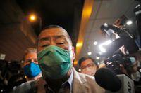 Den prodemokratiske mediemogulen Jimmy Lai lämnar en polisstation i Hongkong efter att han släppts mot borgen på onsdagen.
